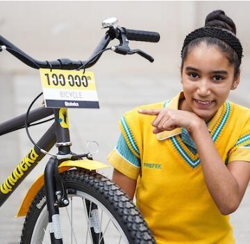 Girl with 100 000th bike from Qhubeka blog image